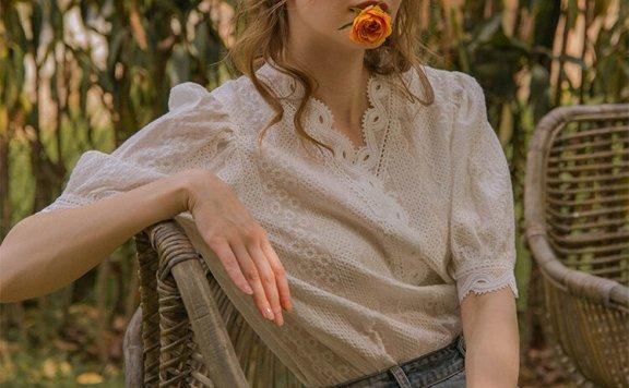 韩国设计师品牌 LENINA 21夏 法式复古蕾丝V领宫廷风泡泡袖衬衫
